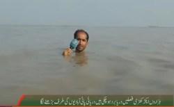 身を挺して洪水を報道するパキスタンのTVレポーターが凄すぎる!