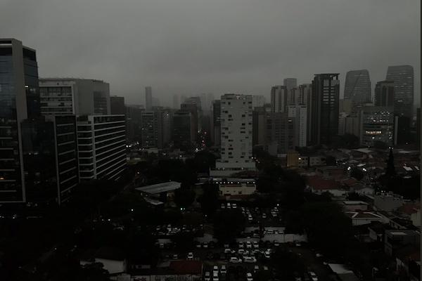 まるで世界の終わり…アマゾンの火災により、真昼のブラジルが闇に包まれる