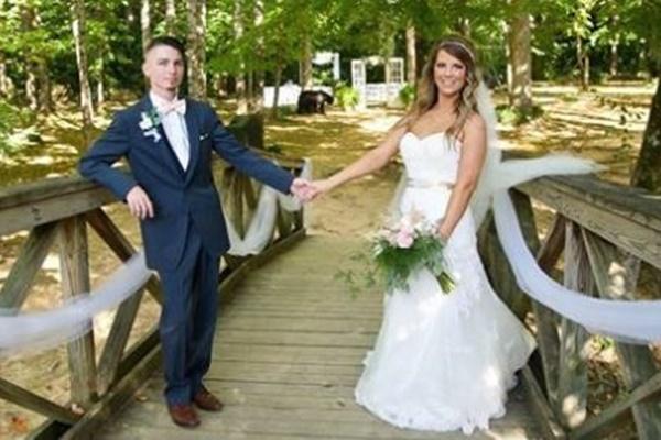 結婚式の記念撮影に招かれざる客、フレームインしてきたのはクマだった!