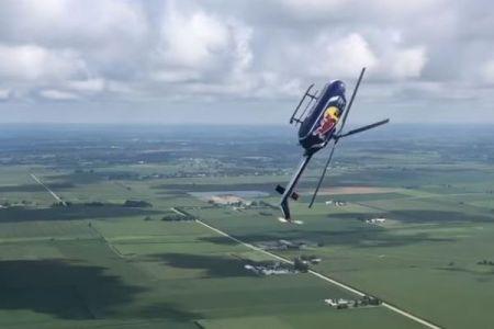 ヘリコプターで宙返り!レッドブルのパイロットが超難度の技を披露