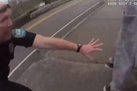 自殺志願者が橋から飛び降りるも、警官が間一髪で足を掴み救助【動画】