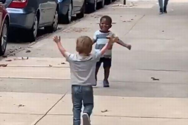 離れ離れだった2人の子供たちが再会、心温まる動画が話題に