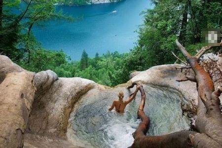 ドイツの滝に密かに存在する、絶景を見渡せるプールがすごい【動画】