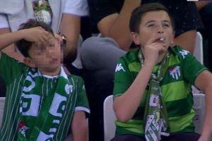 トルコのサッカー・スタジアムで子供が喫煙?と思ったら36歳の男性だった!