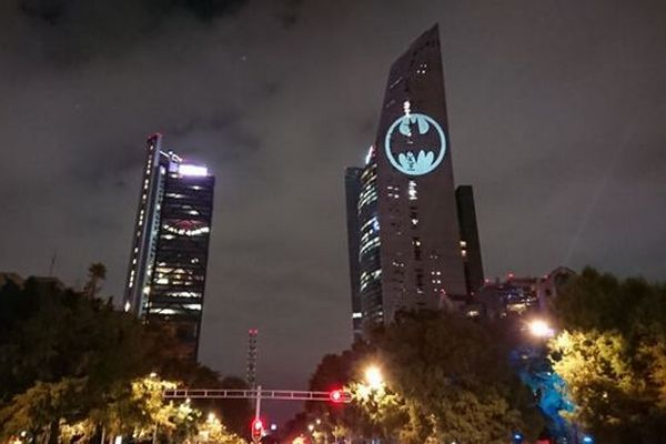 バットマンのシンボル、「バット・シグナル」が世界各地の建物に投影される