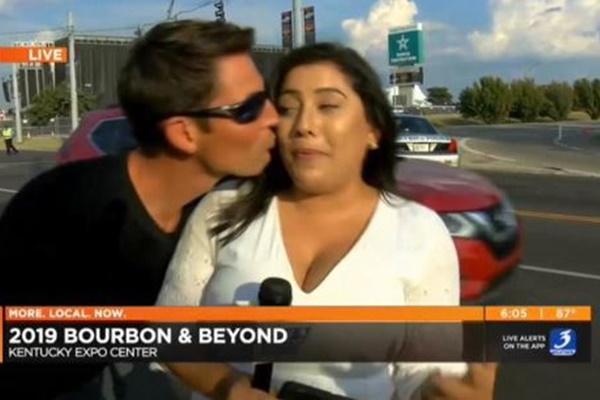 テレビの生放送中にリポーターにキスした男、身元が特定され起訴される