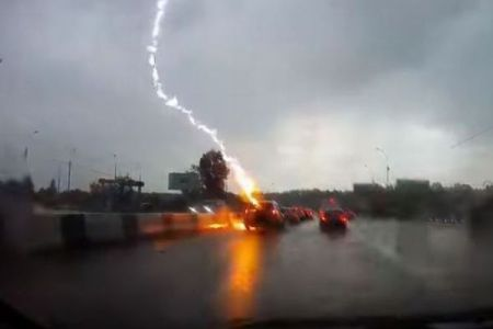 ロシアで車に2度も落雷、窓ガラスが割れるも奇跡的に女性は助かる