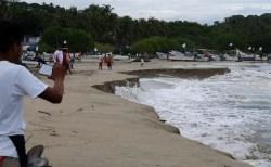 メキシコでビーチが波に食われる怪現象が発生