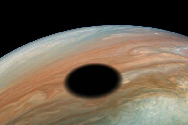 NASAの探査機「ジュノー」が、木星の表面にできた日食の影を鮮明にとらえる