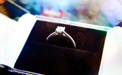 夢の中で女性が婚約指輪をパクリ…目覚めたら実際に食べていた!