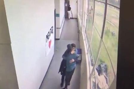 高校のコーチが銃を所持した犯人の生徒とハグ、教室での銃撃事件を未然に防ぐ