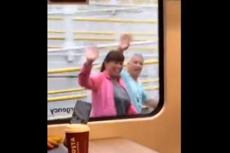 大学生の娘を駅で見送る両親、駆け出す2人の動画がとってもかわいい