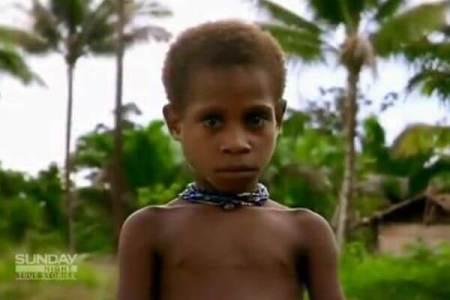 魔術師とされ食人部族に食べられそうになった子供、成長して再び村を訪れる