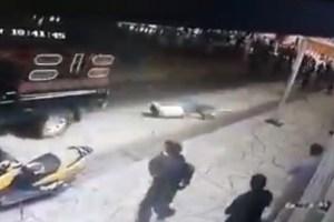 メキシコで村長が手足を縛られ、車で引きずられる動画がショッキング