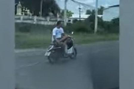 超~リラックス!横向きで足を組みバイクを運転する男性をタイで目撃