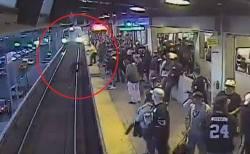 間一髪の奇跡!電車が迫る中、駅職員が線路に落ちた男性を引き上げることに成功