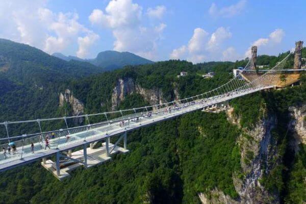 中国で注目を集めた「ガラスの橋」、安全上の懸念から多くが閉鎖される