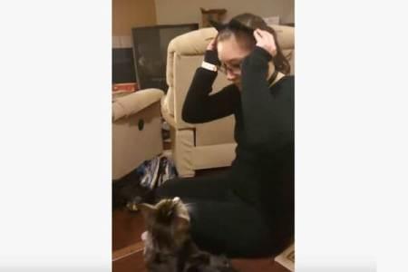 なぜ?ネコの耳をつけた飼い主を、とっても怖がるニャンコが不思議