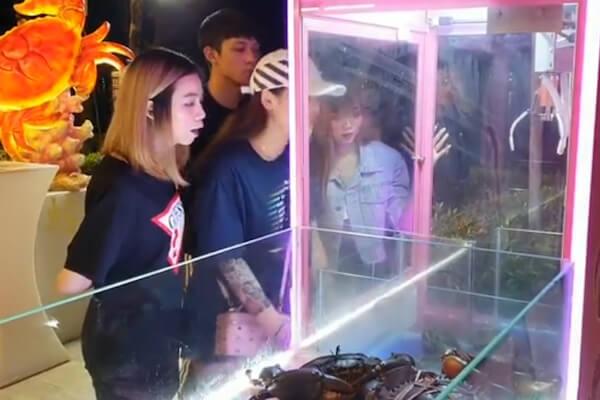 シンガポールに登場した生き蟹UFOキャッチャー、動物虐待と非難