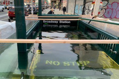 地下鉄入り口が水没!?N.Y.市当局はジョークで回答