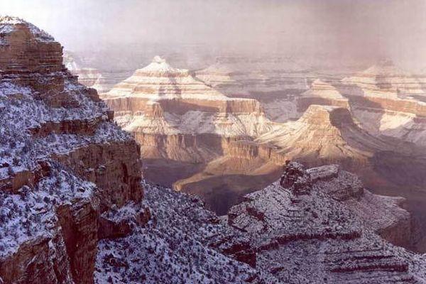 米のグランド・キャニオンに降雪、雪化粧をまとった景色が投稿される
