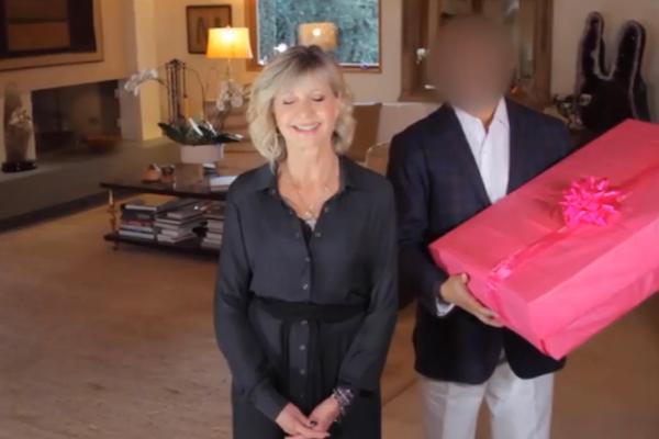 オリビア・ニュートン・ジョンの革ジャケットを2600万円で競り落とした購入者、チャリティのためにジャケットを返す