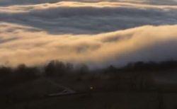 雲が荒い波のようにうねる、タイムラプス動画が美しい
