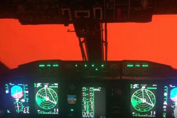 オーストラリア森林火災での異様な光景、コックピットの外も真っ赤に染まる