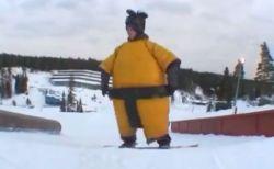 プロのスノーボーダーがお相撲さんのコスチュームで、ユニークな滑りを披露