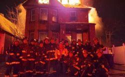 米の消防隊員が燃える家の前で記念撮影、批判を浴び問題に