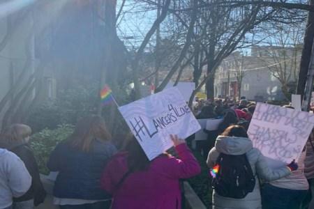 ゲイが理由でクビにされた先生のために、高校生が大規模な抗議デモ