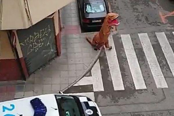 恐竜の姿で自宅待機から逃れようとした男性、警察に捕まる【スペイン】