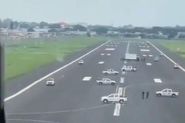 コロナ対策としてエクアドルで空港を強制封鎖、滑走路にパトカーを並ばせる