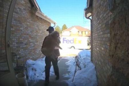 FedExの配送員が自宅に届けたのは、家から脱走したワンコだった!