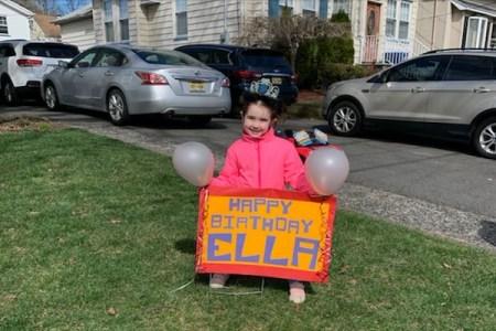 新型コロナにより誕生会が中止になった少女、サプライズのプレゼントに感激