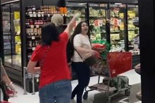 スーパーでマスクをしていない女性客に対し「出て行け!」、怒号が飛び交う