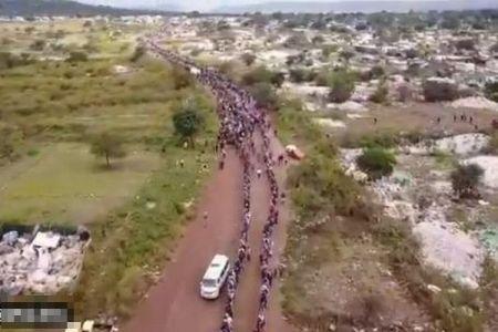 【南アフリカ】ロックダウンの影響を受けた人々に食料を寄付、長蛇の列ができる