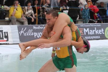 「奥さん運び」選手権世界大会で、リトアニアの夫妻が2期連続優勝