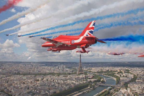 英仏のアクロバットチームが揃って初のパフォーマンス、2都市の上空を飛行【動画】