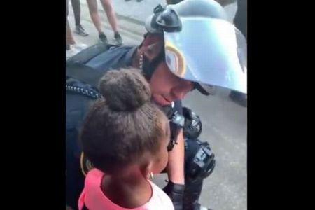 「私たちを撃つつもり?」怯えた黒人少女を優しくなだめる警官の動画が話題に