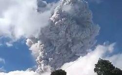 インドネシアで火山が爆発、噴煙が上空6000mまで立ち昇る【動画】