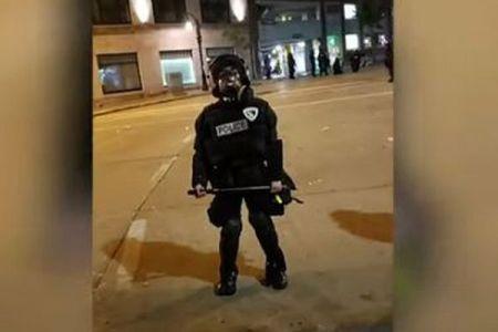 大きすぎる防護服を着た女性警察官、子供のような姿が可愛い