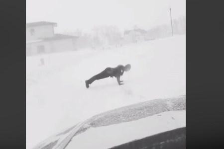 殉職した警察官に同僚が捧げた、吹雪の中の腕立て伏せ