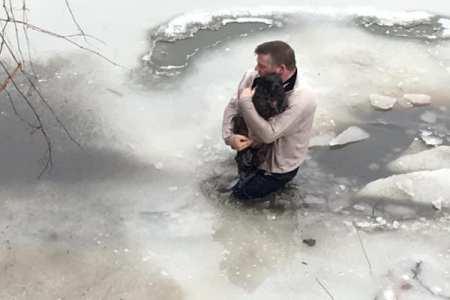 「どんな犬でも傷つくのは見たくない…」他人の犬を救うため愛犬家が凍った川に飛び込み救助