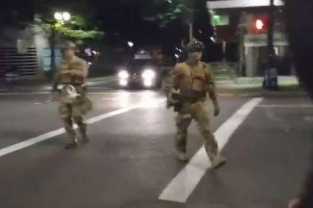 まるで誘拐…マスクをした謎の男らがBLMのデモ参加者を連れ去っていく【動画】