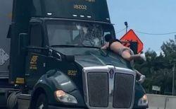 米のハイウェイで半裸の男が、血だらけになりながらトレーラーにしがみつく【動画】