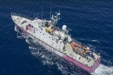 バンクシーが難民救助船に資金提供、船体も新たにデザイン
