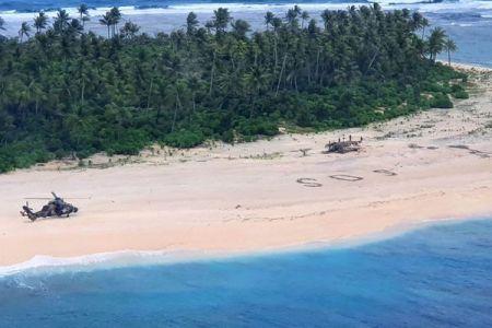 豪軍のヘリが孤島のビーチに「SOS」を発見、行方不明の男性らを救助