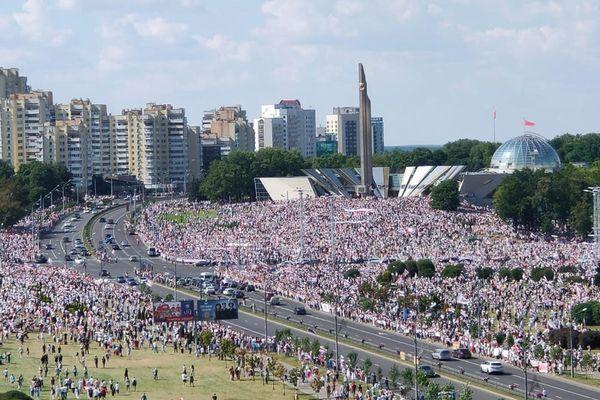 ベラルーシで大規模な反政府デモ、10万人以上が大統領の辞任と再選挙を求める