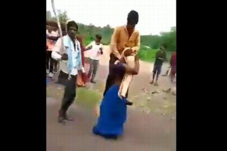インドで浮気を疑われた妻が、夫の体を担ぎ、村中を歩かされる【動画】